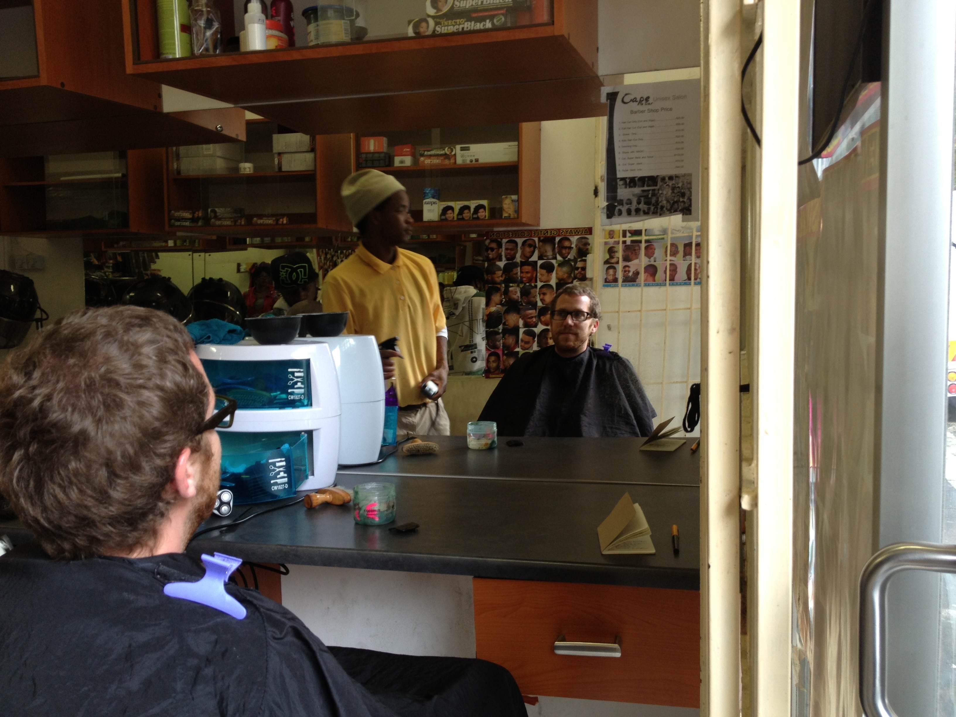 bij de kapper in Kaapstad